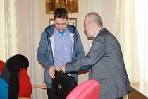 Oblíbeného učitele ze Základní školy U Tenisu, který se probojoval do nejužšího finále soutěže Zlatý Ámos, přijal v úterý na radnici přerovský primátor.