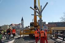 Stavba Tyršova mostu - osazování betonových stromů