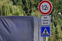Na zákaz vjezdu kamionů nad 12 tun do Kozlovic upozorňují v Přerově značky
