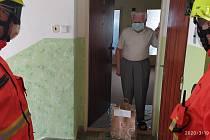 Přerovští dobrovolní hasiči rozvážejí potravinové balíčky seniorům, kteří žijí sami, a nemá se ně kdo postarat.
