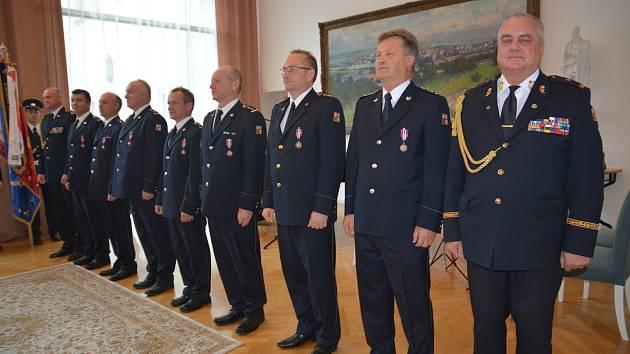 Na šestatřicet příslušníků Hasičského záchranného sboru Olomouckého kraje převzalo v Mervartově pamětní síni přerovského zámku Medaili Za věrnost II. a III. stupně a medaili HZS Olomouckého kraje.