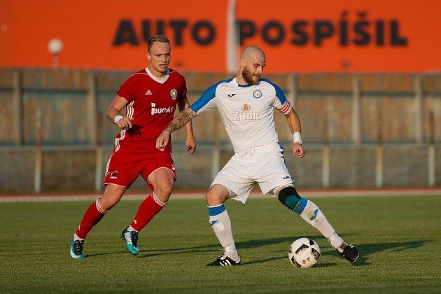 Fotbalisté 1. FC Viktorie Přerov (v bílém) proti FC Heřmanice Slezská