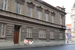 Silný vítr se v pondělí odpoledne opřel také do zchátralého bývalého Blažkova domu na rohu Bratrské ulice a Masarykova náměstí v Přerově. Kvůli uvolněné části střechy muselo město chodník zatarasit tak, aby na něj nevstupovali chodci.