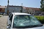 Při incidentu na kojetínském náměstí bylo rozbité sklo na autě (na snímku)