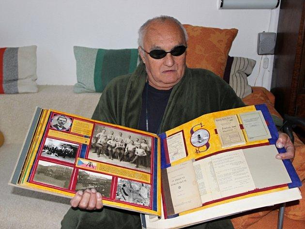 Jiří Rosmus je vášnivým sběratelem pohlednic starého Přerova, ale mapuje také historii města. Přestože je nevidomý, dokázal nashromáždit úctyhodnou sbírku materiálů o minulosti Přerova.