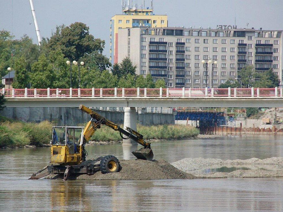 Těžba štěrkopískového nánosu v korytě Bečvy