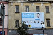 Tváře politiků potkáte v centru Přerova na každém rohu – nové vize zkrášlují i omšelé a zchátralé domy v centru města.