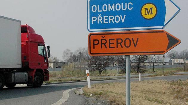Dopravní značení u Lipníka dálnici na Bělotín úplně opomíjí, řidiči se z rondelu musejí paradoxně vydat směrem na Olomouc