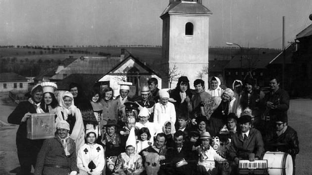 Mezi oblíbené a dosud dochované tradice v obci patří také vodění medvěda v Žákovicích. Snímek zachycuje veselí v roce 1968.