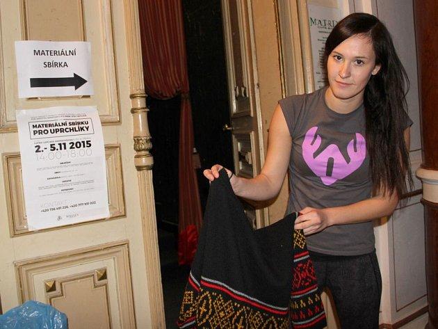 Studentka Právnické fakulty Univerzity Palackého v Olomouci Alexandra Vinklárková organizuje v Přerově sbírku oblečení pro uprchlíky.