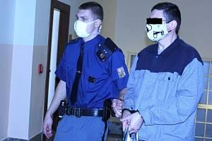 Krajský soud v Ostravě řeší vraždu manželů v Přerově. Obžalovaný Pavel N. (vpravo) vinu odmítá. 25. ledna 2021