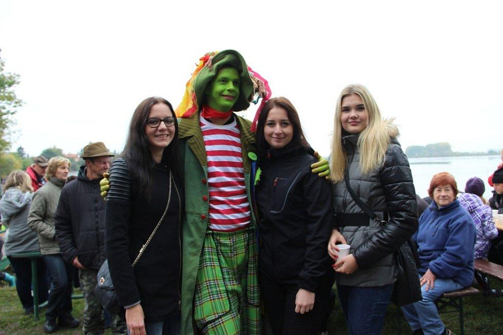 Tisíce lidí zamířily v sobotu na výlov Hradeckého rybníka do Tovačova.