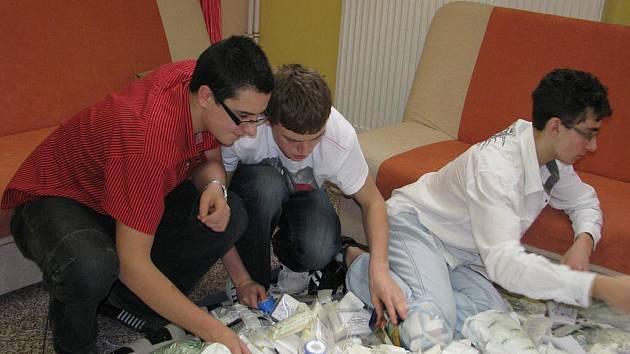 Na dva a půl tisíce autolékárniček už přebrali v družině Základní školy Osecká 315 v Lipníku nad Bečvou. Jen obvazy naplnily pětadvacet pytlů. Poslouží zdravotníkům v Africe