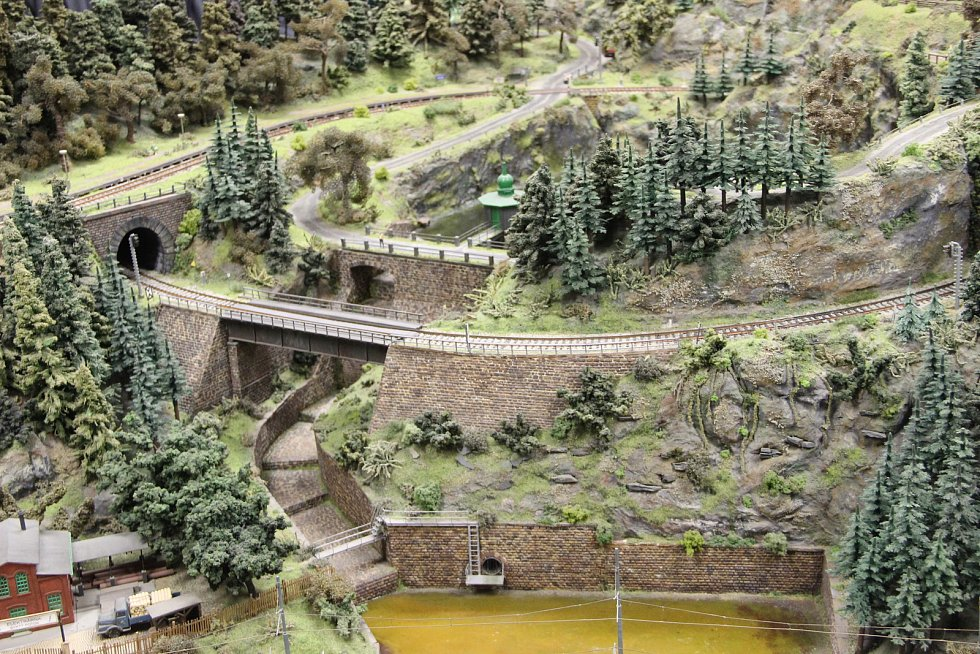 Prostory železničního DPOV (dříve DEPO) o víkendu doslova praskaly ve švech. Konala se zde totiž každoroční výstava modelového kolejiště. Expozice zaměřená na období mezi lety 1993 a 2007 nabídla pestrou škálu vláčků i miniaturních stanic.