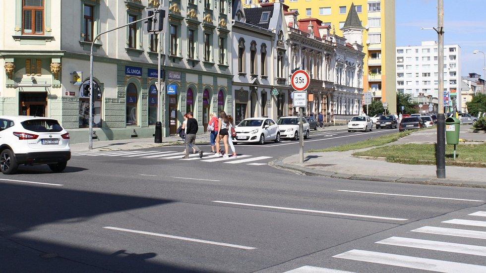 Kvůli pokládce asfaltu se na několik dní uzavře část silnice před Gymnáziem Jakuba Škody v Přerově.