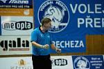 Volejbalistky Přerova (v bílém) proti TJ Sokol Frýdek-Místek. Trenér Radim Vlček.