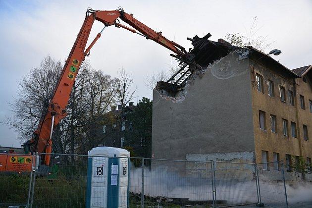 V Přerově začala v pondělí ráno demolice domů v bývalém romském ghettu ve Škodově ulici.
