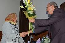Významné životní jubileum oslavila v sobotu Marie Zedníčková ze Stříbrnic na Kojetínsku. Ke stým narozeninám jí přišla popřát celá rodina a kytičku předal také starosta obce.