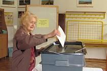 Nejstarší voličkou, která přišla vhodit svůj hlas do urny, byla v Přerově Ludmila Chytilová. Ta letos oslavila sto jedna let