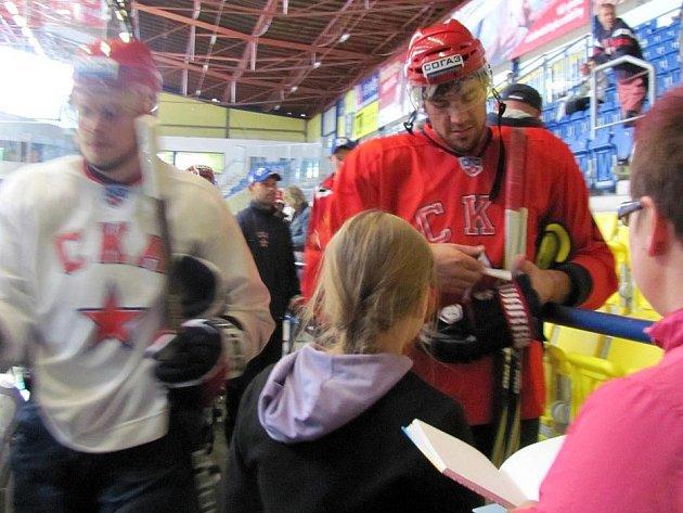 Hokejisté Petrohradu v obležení fanoušků po tréninku v Přerově: Jevgenij Arťuchin