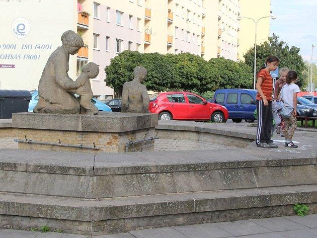 V kašně se sousoším na prostranství mezi ulicemi Pod Valy a Kozlovská není voda.