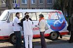 S prohlášením Děkujeme, odejdeme přijeli zástupci lékařského odborového klubu i do Přerova. Jejich černo-bílé auto, které z jedné strany připománá sanitku a z druhé pohřební vůz, stálo před poliklinikou Mens a poté před nemocnicí.