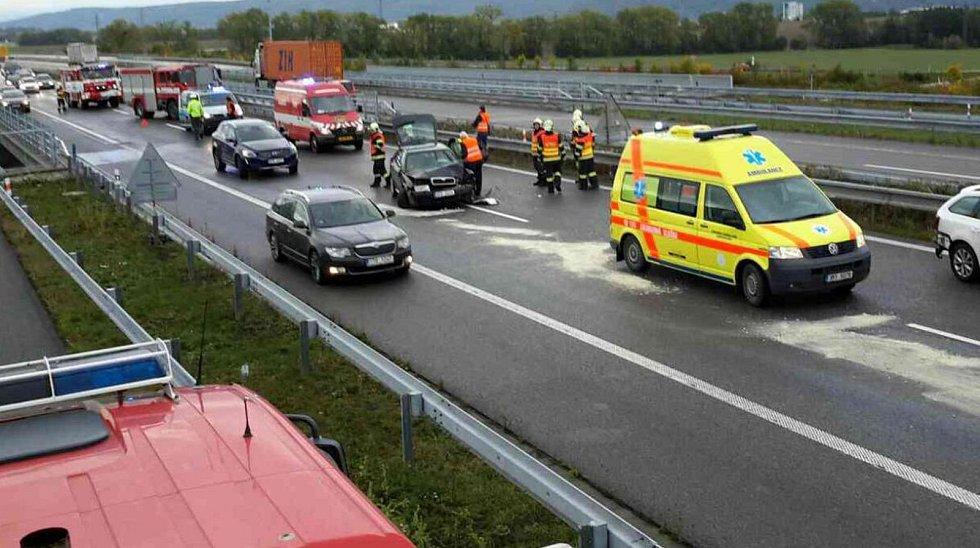 Na D1 se u Lipníka nad Bečvou srazila čtyři osobní auta.