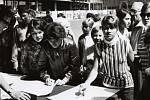 Lidé se setkávali na Dolním náměstí, kde byly na stole vystaveny podpisové archy, vyjadřující podporu vedoucím činitelům státu. V krátké době bylo sebráno 3 000 podpisů.