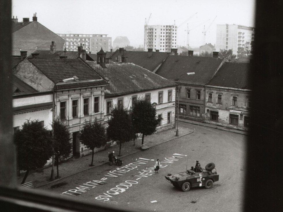 V dopoledních hodinách začalo spontánní vylepování letáků a psaní hesel na ulicích.