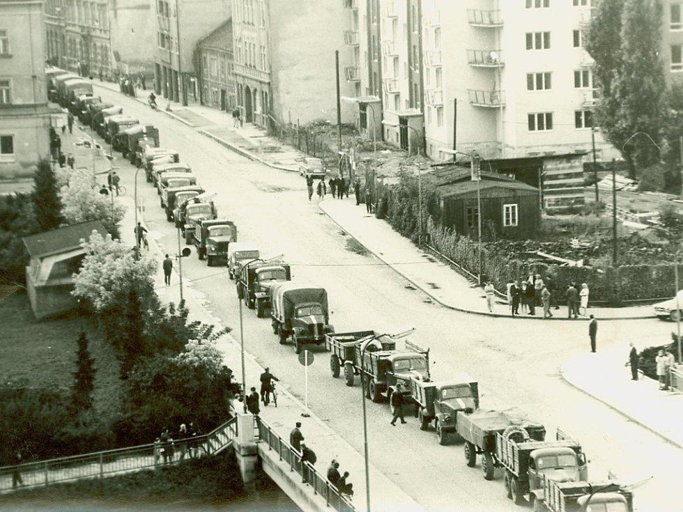 Kolony vojenských aut sovětské armády zablokovaly 23. srpna v půl šesté ráno centrum Přerova. Na snímku je současná Palackého ulice a most Míru.