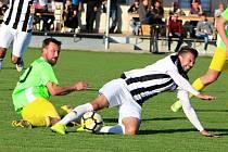 Fotbalisté Želatovic (v pruhovaném) proti TJ Sokol Opatovice