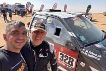 Miroslav Zapletal (vpravo) s navigátorem Markem Sýkorou v cíli jedné z etap Dakaru 2021.