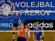 Volejbalistky Přerova (v modré) proti VK UP Olomouc