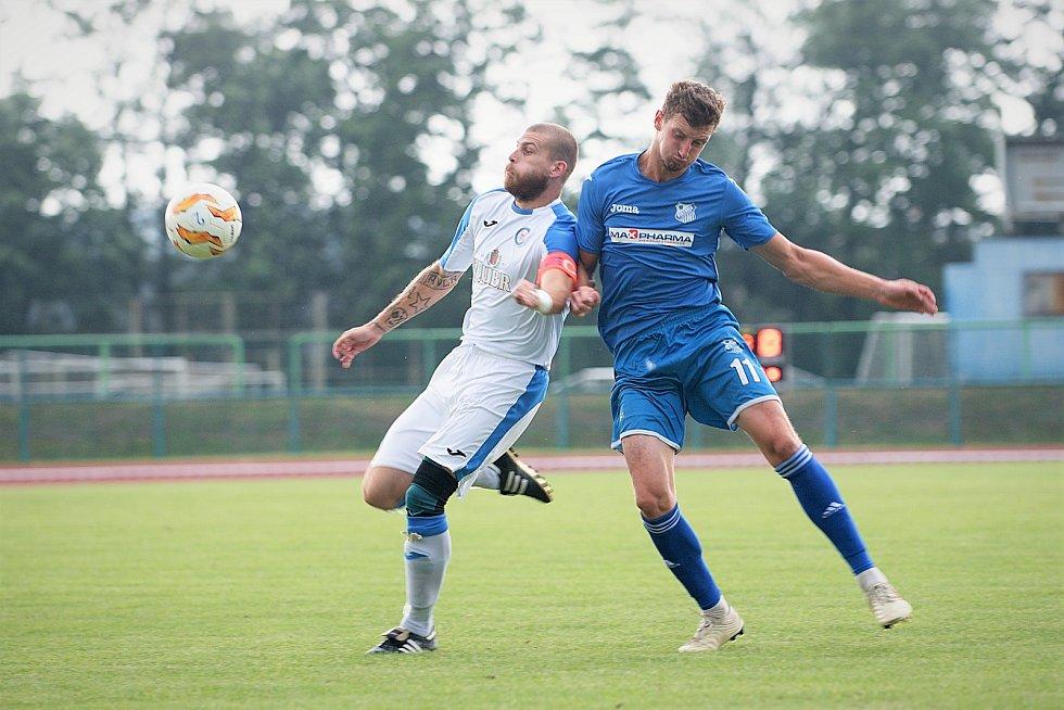 Fotbalisté Přerova (v bílém) prohráli s Otrokovicemi 0:5.