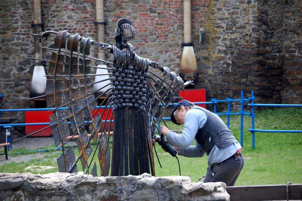 Dva vandrovní tovaryši z Německa pomáhají pouze za jídlo a nocleh s opravami exponátů na hradě Helfštýně. Duben 2010