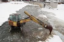 Zamrzlé kry na jezu v Oseku nad Bečvou rozbíjeli ve čtvrtek s pomocí kráčejícího bagru pracovníci Povodí Moravy.