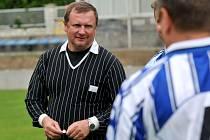Trenér reprezentace Pavel Vrba v roli rozhodčího při oslavách 90. let fotbalu v Kozlovicích