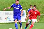 Fotbalisté Brodku u Přerova (v červeném) v přátelském utkání s Všechovicemi