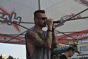 Stovky fanoušků kapely Linkin Park dorazili v pátek na náměstí Přerovského povstání, kde se uskutečnil druhý ročník vzpomínkového koncertu - Remembering Chester Bennigton.