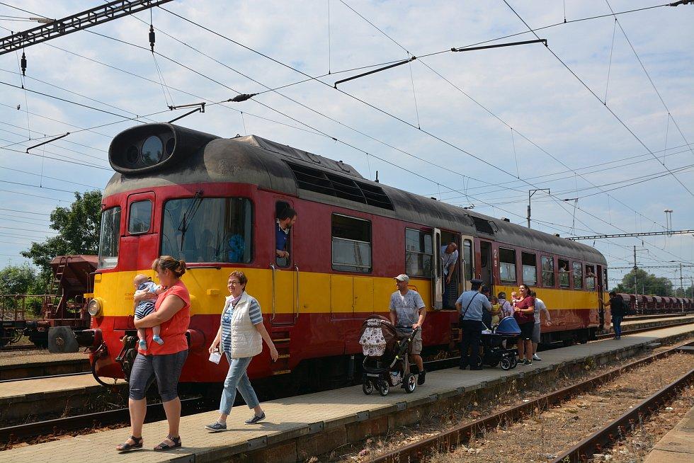 Na nostalgickou jízdu historickým vláčkem z Kojetína do Tovačova se mohli poprvé v letošní sezoně vydat fanoušci železnice. Nechyběly dobové kulisy - jízdenky, které se prodávaly na nádraží před více než třiceti lety, průvodčí v typické modré košili. Nádr