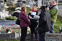 Svatava Měrková při natáčení dokumentu o masakru na Švédských šancích