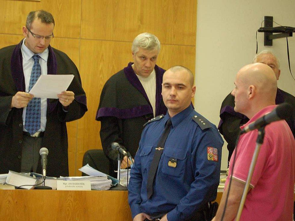 Kauza Vaškůj u přerovského soudu. V růžovém tričku Petr Šmířák.