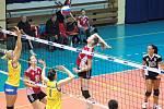Volejbalistky Přerova (v červeném) v poháru proti Prostějovu