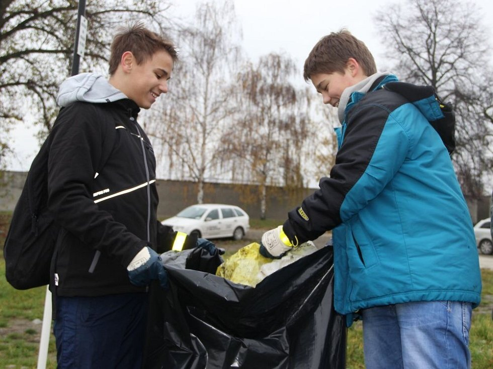 o úklidu okolí řeky Bečvy v Přerově se pustili ve čtvrtek ráno studenti Církevního gymnázia Německého řádu v Olomouci.