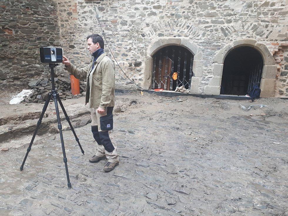 Geoinformatik František Kuda zÚstavu geoniky AV ČR dokumentuje za pomoci 3D laser skenování povrch renesanční dlažby na Helfštýně