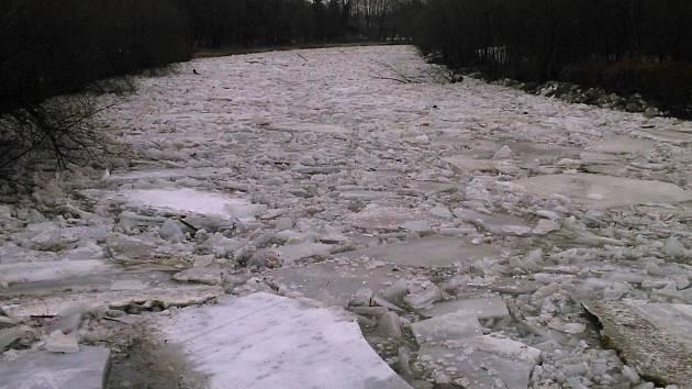 Už v úterý odpoledne se na řece Bečvě začaly lámat ledové kry a ledová bariéra postupovala po směru toku. Ledy přešly přes jez v Hranicích, a v Lipníku nad Bečvou způsobily zvednutí hladiny a zaplavily přilehlé zahrádky, které se nacházejí v záplavovém úz