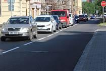 Palackého ulice v Přerově se chystá na zobousměrnění.  Na silnici už je dělící pruh.