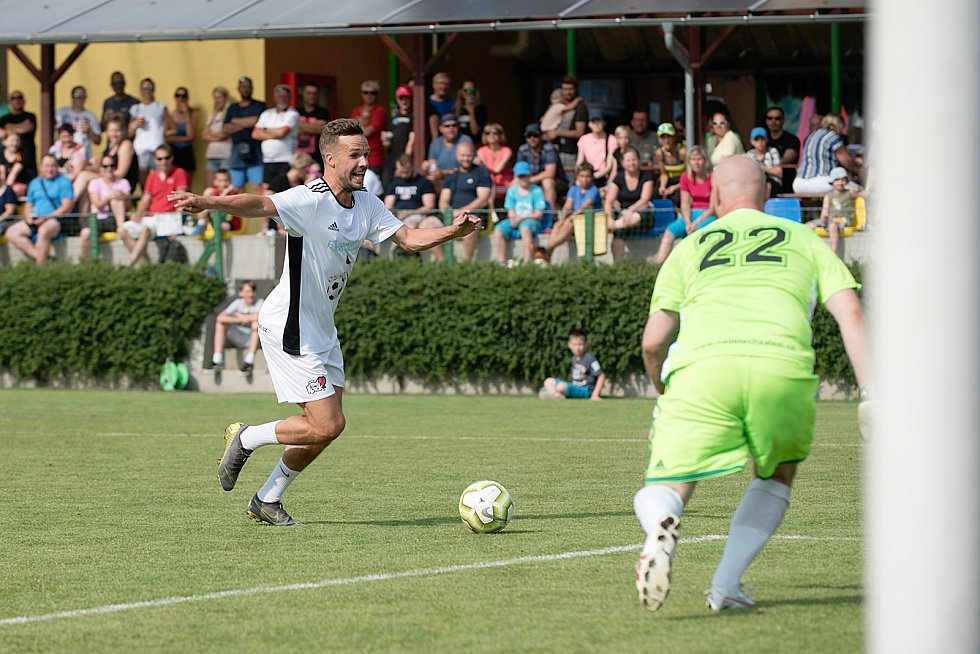 Benefiční fotbalové utkání v Kozlovicích mezi výběrem Kopaček (v bílém) a Hokejek (v červeném). Filip Novák