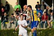 Fotbalisté Kozlovic (v pruhovaném) v domácím zápase proti Velkým Karlovicím (3:1). Martin Král. Foto: Deník/Jan Pořízek
