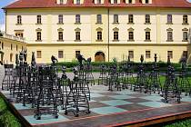 Anketu o nejoblíbenější kovářské dílo v exteriérové výstavě 9. ročníku Kov ve městě vyhrály Šachy Pavla Tasovského. Foto: